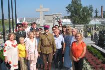 Grupa-przybyłych-przedstawicieli-władz-i-stowarzyszeń-z-Równego-i-Ostroga-na-dzisiejszej-Ukrainie-miast-stacjonowania-Wołyńskiej-Brygady-Kawalerji