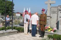Kwiaty-na-mogile-Zołnierzy-Wołyńskiej-Brygady-Kawalerii-skladaja-przedstawiciele-delegacji-z-Ukrainy.