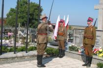 podpułkownik-Wowa-Brodecki-z-Krakowa-syn-żołnierza-Wołyńskiej-Brygady-Kawaleri-walczącego-pod-Mokrą-składa-kwiaty-na-mogile-żołnierzy-w-Miedznie