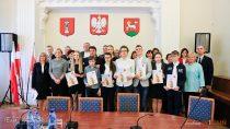 Burmistrz Wielunia Paweł Okrasa złożył uroczyste gratulacje uczniom – laureatom ifinalistom wojewódzkich konkursów