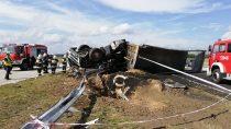 Obok Złoczewa wywrócona ciężarówka irozsypany miał zablokowały drogę S8