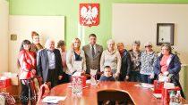 Burmistrz Wielunia Paweł Okrasa spotkał się zopiekunami kotów wolno żyjących