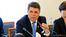 Podczas sesji Rady Miejskiej wWieluniu Burmistrzowi Pawłowi Okrasie zarzucono niegospodarność ikłamstwa