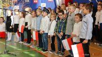 Uroczystością wSzkole Podstawowej wRudzie iodsłonięciem pamiątkowej tablicy uczczono 100-lecie Niepodległej