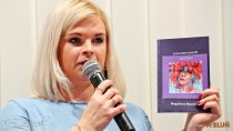 """Wmiejskiej bibliotece odbyła się promocja tomiku wierszy """"Dokarmianie motyli"""" Magdaleny Kapuścińskiej"""