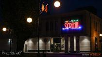 """Naodrestaurowanym Kino-Teatrze """"Syrena"""" wWieluniu zainstalowano przepiękny neon"""