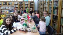 Dzieci wraz zrodzicami uczestniczyły wwarsztatach literacko-plastycznych wFilii Bibliotecznej wRudzie