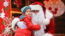 Święty Mikołaj, konkurs izapalenie bożonarodzeniowej choinki przyciągnęły naplac Legionów wWieluniu całe rodziny