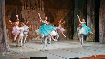 """Mieszkańcy Wielunia wKino-Teatrze """"Syrena"""" obejrzeli """"Jezioro łabędzie"""" wwykonaniu Imperial Lviv Ballet"""