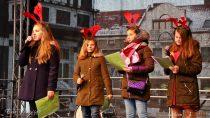"""Jarmark Bożonarodzeniowy """"Wieluńskie dzwoneczki"""" przyciągnął wniedzielę tłumy mieszkańców Wielunia"""