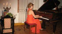Wsali kominkowej Muzeum Wnętrz Dworskich wOżarowie odbył się recital fortepianowy Zofii Łałak