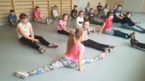 WSzkole Podstawowej wSkrzynnie instruktorka Diana Stasiak zEgurrola Dance Studio przeprowadziła warsztaty taneczne