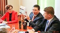 Ambasador Kazachstanu Margułan Baimukhan uczestniczył wkonferencji prasowej wwieluńskim ratuszu