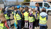Uczniowie Szkoły Podstawowej Stowarzyszenia Przyjaciół Szkół Katolickich wWieluniu zwizytą uwieluńskich mundurowych