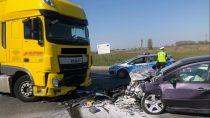 Zderzenie dwóch samochodów naul.Sieradzkiej wWieluniu. Dwie osoby wszpitalu