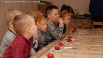 Warsztaty wielkanocne wmuzeum dla dzieci zsymboliką tradycji ludowej wtle