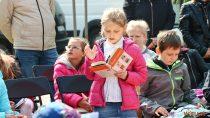 """Biblioteka miejska przygotowała dla dzieci piknik czytelniczy """"Wspólne czytanie nadrugie śniadanie"""""""