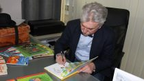 Autor ponad trzydziestu książek dla dzieci Wojciech Widłak spotkał się zdziećmi wbibliotece miejskiej