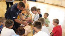 Wieluńscy policjanci uczą dzieci imłodzież bezpieczeństwa podczas wakacji