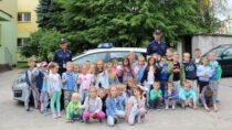 Wieluńscy policjanci rozmawiali zdziećmi imłodzieżą obezpieczeństwie podczas wakacji
