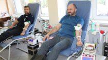 """Wieluńscy policjanci wzięli udział wakcji krwiodawstwa podhasłem """"100 litrów krwi na100. rocznicę"""""""