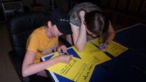 Dzieci imłodzież zeŚwietlicy Wiejskiej wChotowie wzięły udział wpodchodach