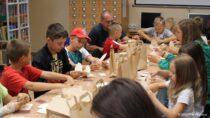 Wakacyjne warsztaty rękodzieła dla dzieci wFilii Bibliotecznej wDąbrowie