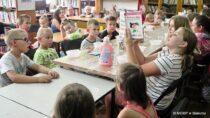 """WFilii Bibliotecznej wRudzie odbyły się wakacyjne warsztaty – """"Przez różowe okulary …"""""""
