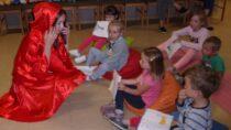 """Czerwony Kapturek odwiedził dzieci wŚwietlicy Wiejskiej wChotowie podczas zajęć """"Zaczytana świetlica"""""""