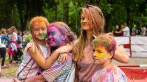 Wwieluńskim parku trwa niecodzienna zabawa kolorami czyli Holi Festival – Święto Kolorów
