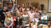 WFilii Bibliotecznej wDąbrowie odbyły się warsztaty dla dzieci ispotkanie zkolekcjonerem Zenonem Nowakiem