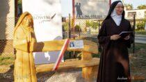 """Fundacja ,,Słowem Pisane"""" wWieluniu uroczyście odsłoniła ławeczkę pamięci Matki Teresy Janiny Kierocińskiej"""