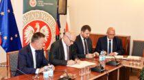 WStarostwie Powiatowym wWieluniu podpisano umowy nadofinansowanie przebudowy iremont dróg naterenie powiatu wieluńskiego