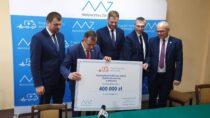 Wiceminister zdrowia Janusz Cieszyński podpisał umowy nazakup karetek dla szpitali wWieluniu iWieruszowie