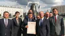 Minister Wojciech Kolarski zKancelarii Prezydenta RP wręczył akt przekazania dzwonu Burmistrzowi Wielunia Pawłowi Okrasie