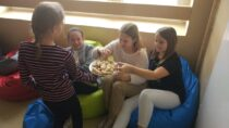 """""""Podziel się kanapką"""" – akcja uczniów SP im.W. Witosa wRudzie wramach Międzynarodowego Dnia Walki zGłodem iUbóstwem"""