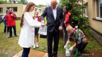 Szkoły, wtym ZSS wWieluniu zokazji 80. rocznicy wybuchu II Wojny Światowej posadziły Dęby Pamięci