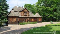 Gmina Wieluń podpisała umowę nadofinansowanie remontu dworu drewnianego Muzeum Wnętrz Dworskich wOżarowie