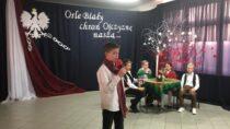 Historycznym przedstawieniem iodśpiewaniem hymnu uczcili uczniowie SP nr2 101. rocznicę odzyskania przezPolskę niepodległości