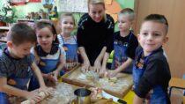 Przedszkolaki zPP nr1 brały udział wwarsztatach wykonywania metodą tradycyjną makaronu