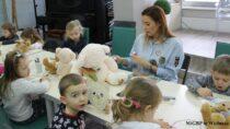 Wmiejskiej bibliotece wWieluniu obchodzono Literacki Dzień Pluszowego Misia