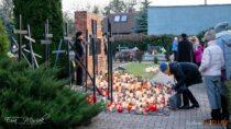 Wielunianie wdniu Wszystkich Świętych oprócz grobów najbliższych odwiedzili mogiły poległych izamordowanych mieszkańców miasta