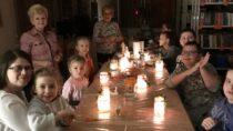 WFilii Bibliotecznej wDąbrowie dzieci wykonały świąteczne lampiony
