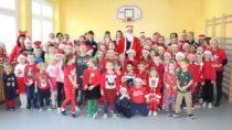 Wieluńscy policjanci odwiedzili dzieci wraz zeŚwiętym Mikołajem