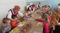 Przedszkolaki wFilii Bibliotecznej wRudzie dekorowały piernikowe choinki