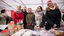 Jarmark Bożonarodzeniowy wWieluniu przyciągnął mieszkańców miasta całymi rodzinami