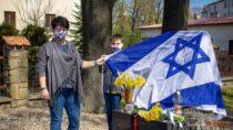 77. rocznicę powstania wgetcie warszawskim uczczono złożeniem kwiatów podsymbolicznym pomnikiem wwieluńskim parku