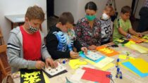 WMuzeum Ziemi Wieluńskiej dzieci robiły wieluńskie wycinanki