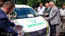 Myśliwi wdarze przekazali powiatowi wieluńskiemu samochód dowalki zkoronawirusem