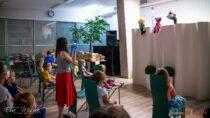 """Biblioteka miejska przygotowała dla dzieci teatrzyk kukiełkowy """"Bajkowy ambaras"""""""